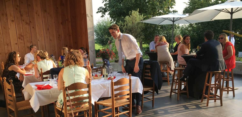 Familie diner in het Wijnhuys op Wijndomein Erve Wisselink in Eibergen in de Achterhoek